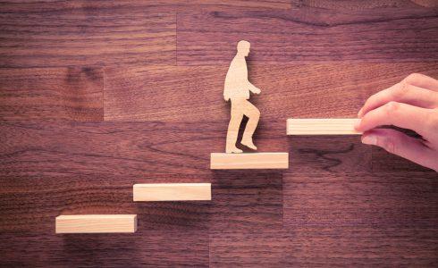 階段をあがる人